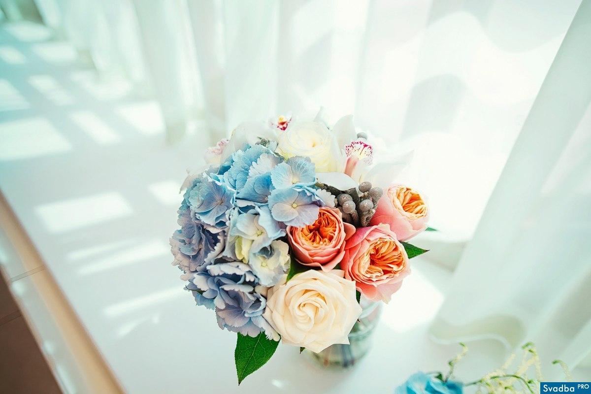 Свадьба. Букет из гортензии, брунии, орхидей и пионовидных роз