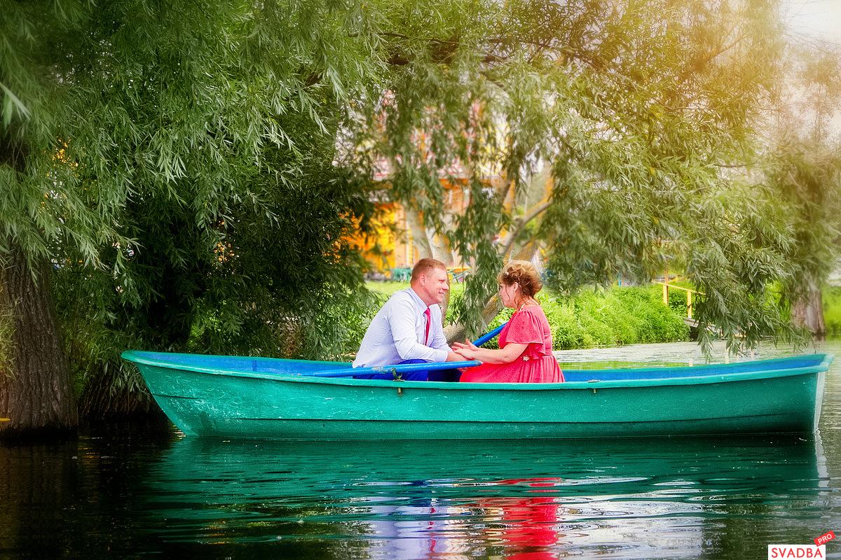 жених и невеста на лодке