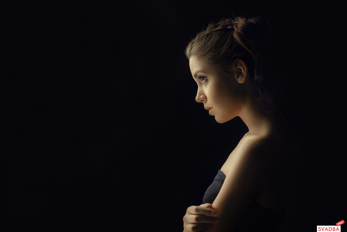 девушки на тёмном фоне картинки